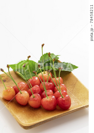 白バックで葉を添えた初夏の果物さくらんぼ 78458211
