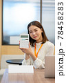 受付の若い女性イメージ(プレート名無し) 78458283