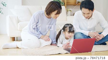 パソコンを見る親子 通信教育 動画配信サービス 78471718