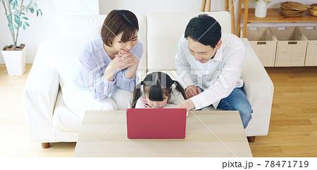 パソコンを見る親子 通信教育 動画配信サービス 78471719