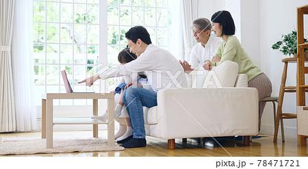 パソコンを見る家族 通信教育 動画配信サービス 78471721