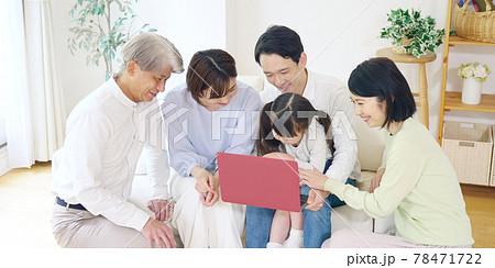 パソコンを見る家族 通信教育 動画配信サービス 78471722