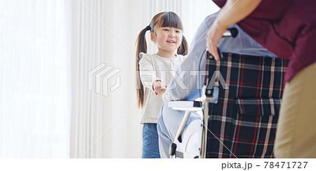車椅子のシニア男性とエッセンシャルワーカー お見舞いに来た女の子 介護イメージ 78471727