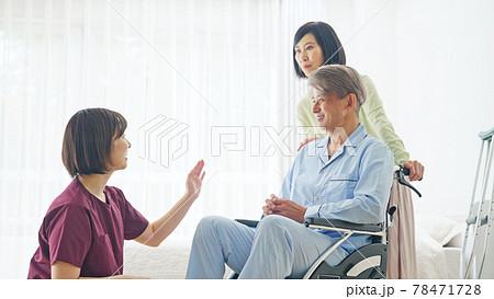 看護師の説明を聞く患者と家族 78471728