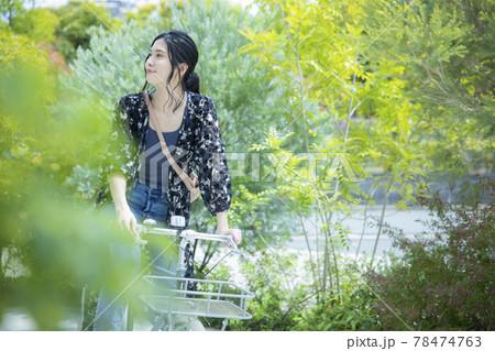 女性 自転車 散歩 78474763