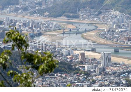 松笠山の展望所から眺めた太田川と広島市の街並み 78476574