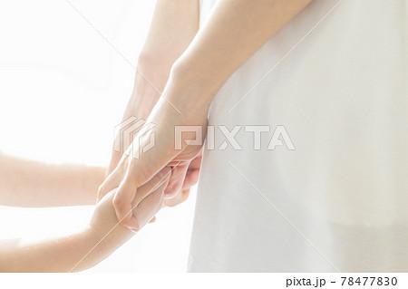 手を繋ぐ親子 78477830