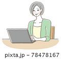 笑顔でPCを使うシニアの女性 78478167