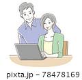 笑顔でPCを使うシニアの男女 78478169