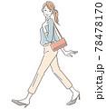 笑顔で歩く女性 78478170