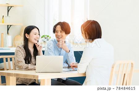ミーティングするカップルと女性担当者 78484615