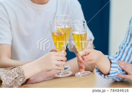 乾杯する人々 ホームパーティー  78484616