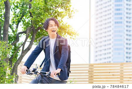 自転車に乗る男性 78484617