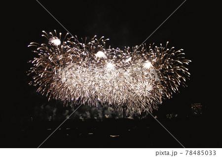 【静岡】熱海 砂浜から眺める空いっぱいの打ち上げ花火 78485033