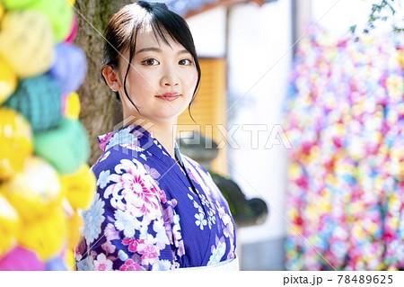 浴衣で京都を観光する女性 78489625