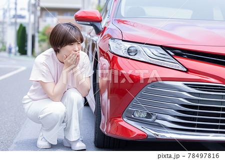 車のトラブルで困る女性 78497816