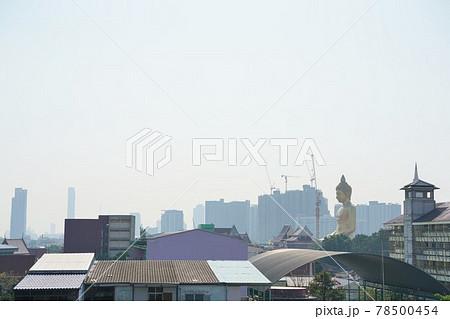 MRTブルーラインのバンパイ駅から見たワット・パクナムの巨大仏像 78500454