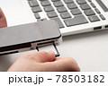 SDカード 手元 78503182