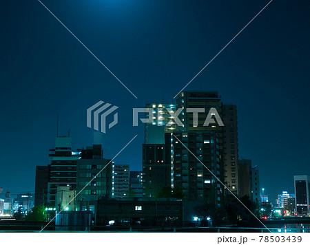 都会の高層マンションとビル群の夜景 78503439