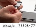 SDカードにマイクロSDカードを入れる 手元 78503477