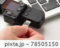 マイクロSDカードを入れる 手元 78505150