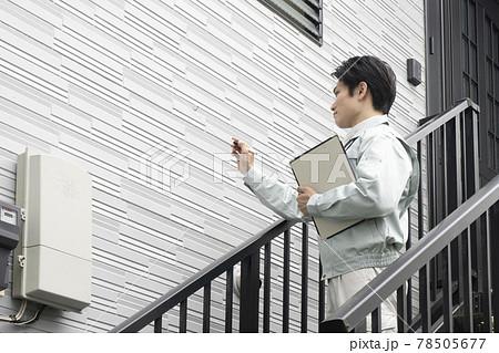 外壁塗装の見積もりをする営業マン 78505677