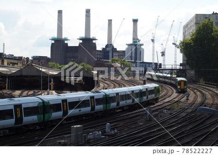 イギリス ロンドンのエリザベス橋から見るバタシー発電所とナショナル・レールの線路 78522227