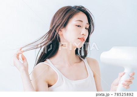 ドライヤーで髪を乾かす女性 78525892