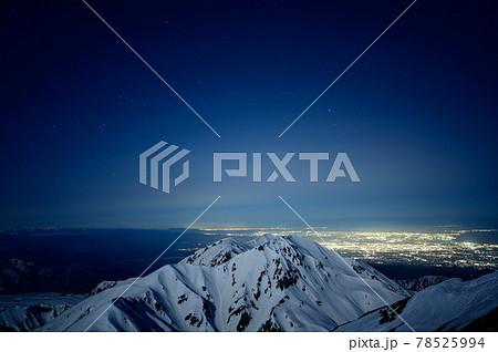 月光に照らされる山並みと夜景 78525994