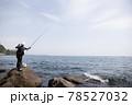 磯釣りをする男性 78527032