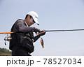 磯釣りをする男性 78527034