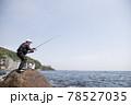 磯釣りをする男性 78527035