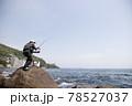 磯釣りをする男性 78527037