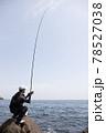 磯釣りをする男性 78527038