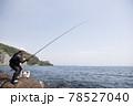 磯釣りをする男性 78527040