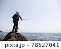 磯釣りをする男性 78527041