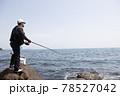 磯釣りをする男性 78527042