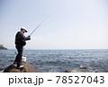 磯釣りをする男性 78527043
