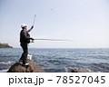 磯釣りをする男性 78527045