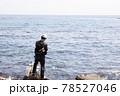 磯釣りをする男性 78527046