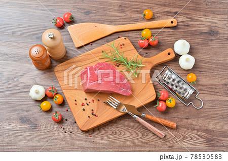 家事、料理、クッキングイメージ。オーストラリア産牛モモ肉赤身のブロック。 78530583