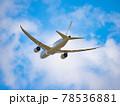 成田空港から青空に飛び立つ飛行機の後ろ姿 78536881