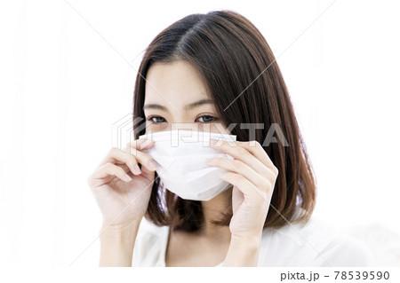 マスクをつける女性 78539590