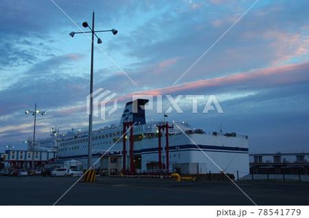 名古屋港のフェリーターミナルの夕景 78541779