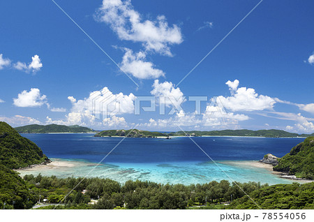 沖縄渡嘉敷島の高台から望む阿波連のケラマブルーの海 78554056