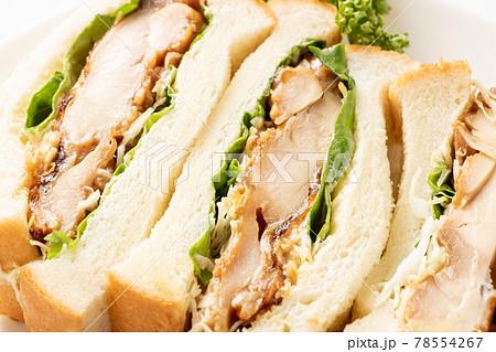 照り焼きチキンサンドイッチのアップ。 78554267