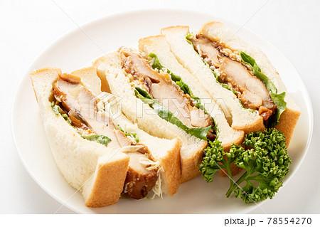 照り焼きチキンサンドイッチ。(白皿・白バック) 78554270