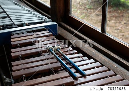 窓辺にレトロな木琴とマレット(ばち)ある景色 78555088