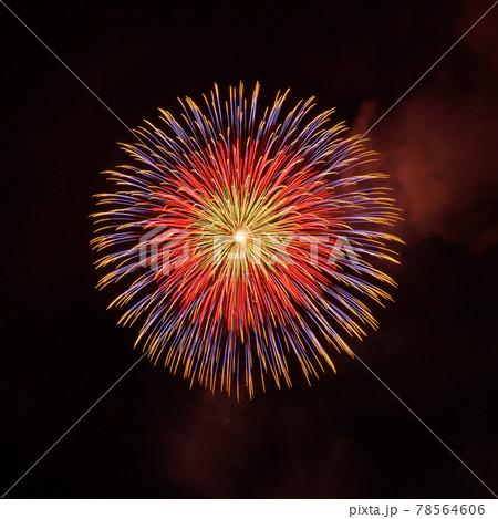 赤色と紫色系の一発の大きな打ち上げ花火 78564606