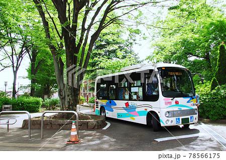 杉並区コミュニティバス「すぎ丸」 浜田山駅南に停車中のバス 78566175